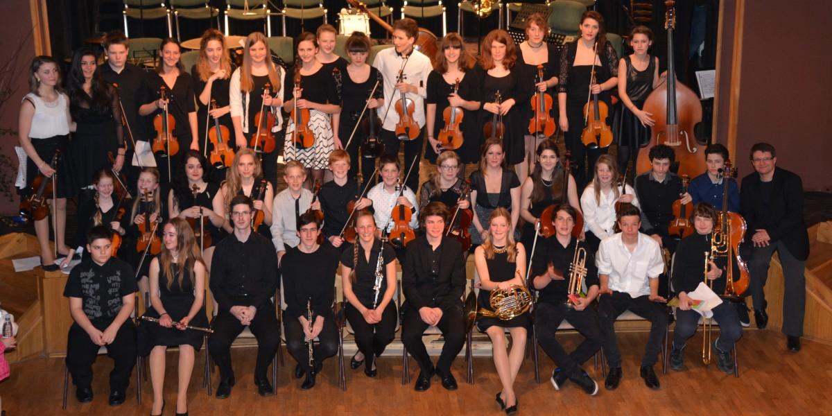 Skupinska fotografija 39-članske simfonične zasedbe, ki je izvedla glasbeno pravljico Peter in volk