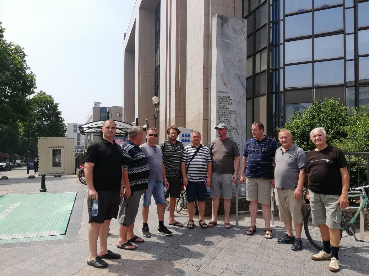 Oktet fantov KD Sticna pred slovenskim spomenikom v Bruslju